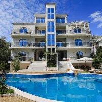 Аренда пяти апартаментов на вилле с бассейном в Булярице 200 м от моря (23 км от Будвы)